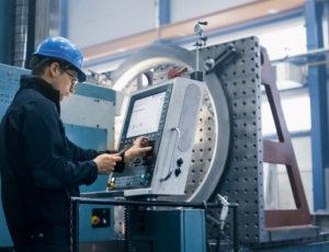 Shutterstock 702099169 - CNC-s, fröccsöntő gépkezelő, szerszámköszörűs